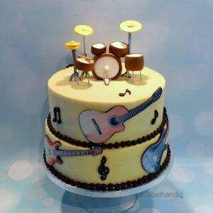 stapeltaart met drumstel en gitaren
