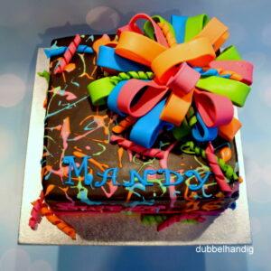 taart met gekleurde spetters en grote strik