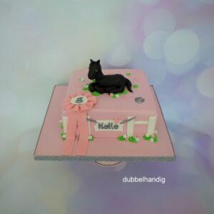 roze taart met zwart paard
