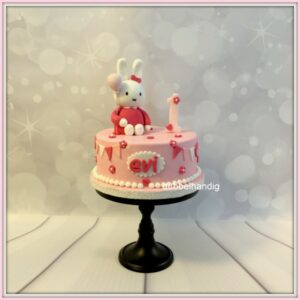 taart roze met konijntje ballon en slingers